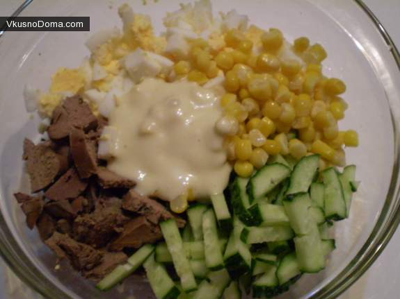 Салат с печенкой и кукурузой