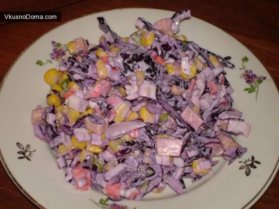 Салат с краснокочанной капусты с крабовыми палочками и